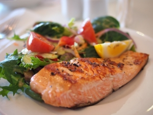 salmon-and-salad-on-a-plate